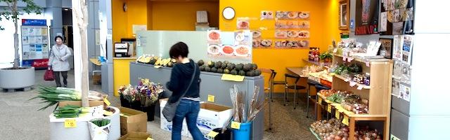 図書館入口前の喫茶コーナーでは、野菜の販売も。
