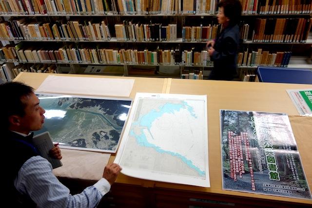震災後の航空写真や地図、イベントのポスター。(閉架)