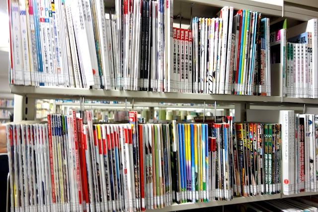 週刊誌等も震災の記事があるものは、全て収集。(閉架)